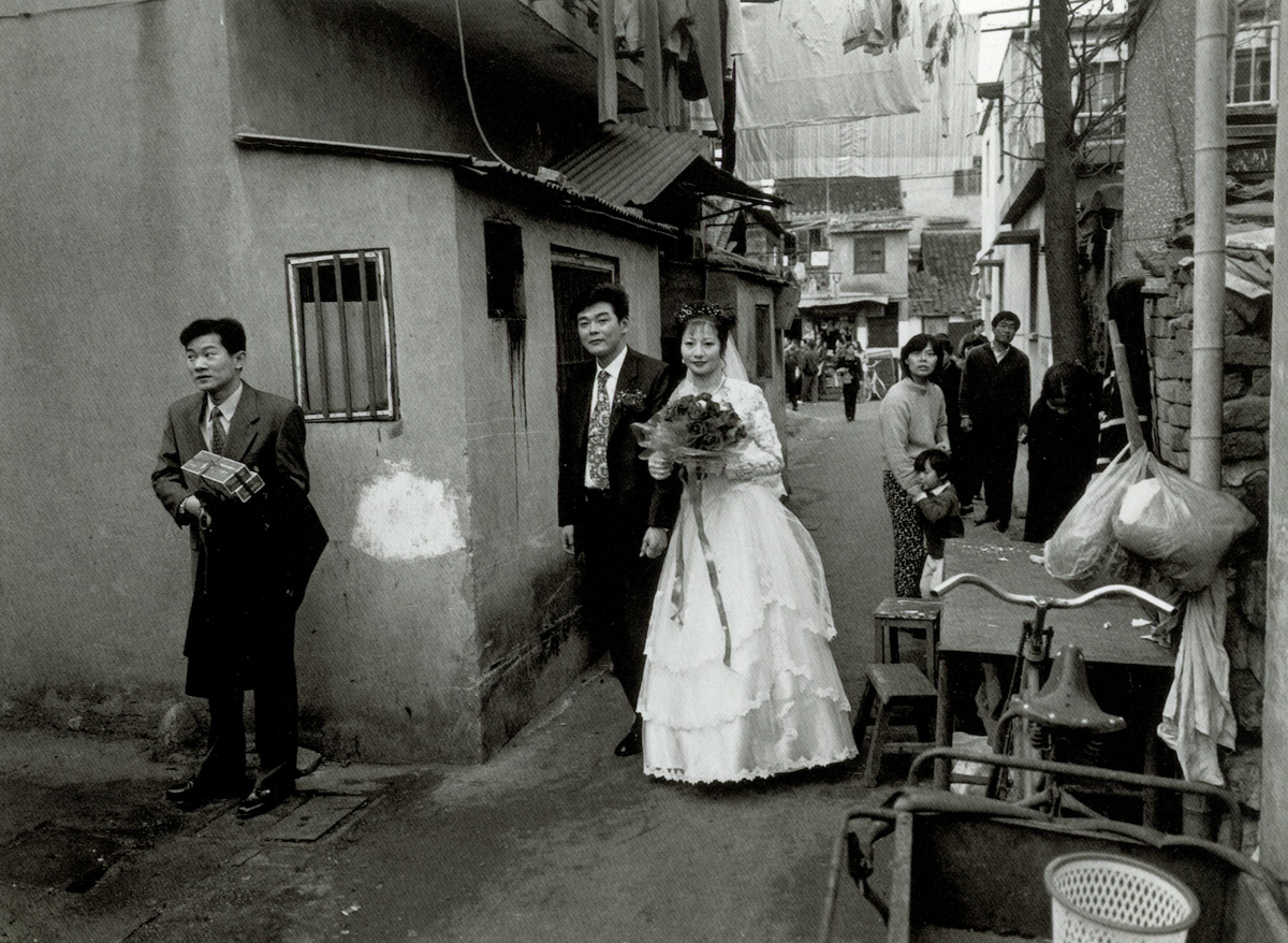 A wedding held on Tongshan Street, Shanghai, 1999. Courtesy of Wu Jianping