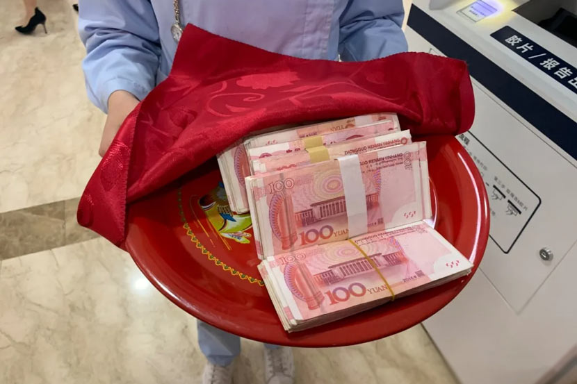 A frontline nurse holds her cash reward at Ganxi Cancer Hospital in Pingxiang, Jiangxi province, April 2020. From 萍乡观察 on WeChat