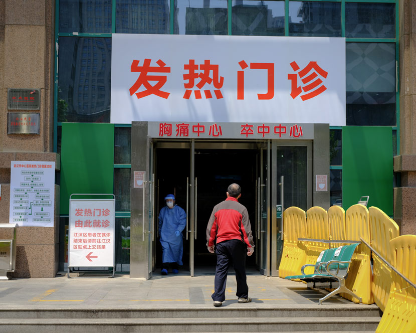 A patient enters a fever clinic at Wuhan Central Hospital in Wuhan, Hubei province, April 9, 2020. Shi Yangkun/Sixth Tone