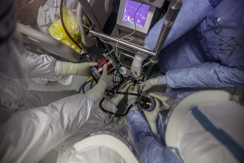 Medical workers install an ECMO, a form of life-support, in Wuhan Pulmonary Hospital, Hubei province, March 31, 2020. Sun Zhan for Sixth Tone