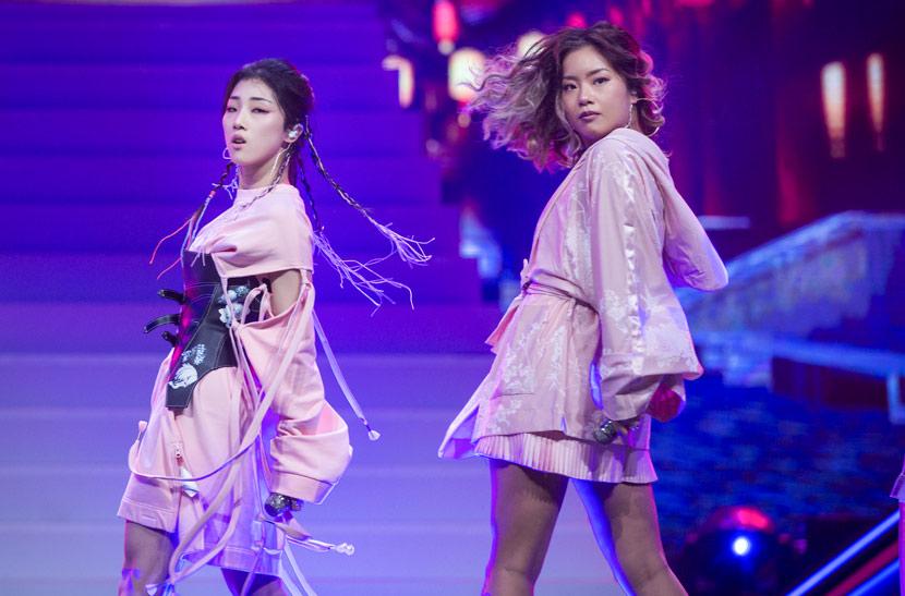 """Wang Ju (right) performs onstage during filming for """"Produce 101"""" in Hangzhou, Zhejiang province, May 2018. Chen Zhongqiu/People Visual"""