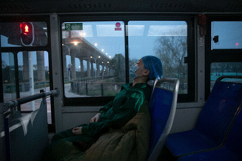 A medical worker takes a shuttle bus to Keting Fangcang in Wuhan, Hubei province, Feb. 24, 2020. Wu Ming/Southern Visual/People Visual