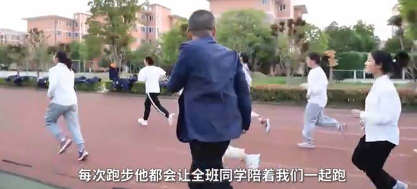A screenshot shows Zhu Yongqian, the vice principal of Huai'an Shuguang Bilingual School, running with students in Huai'an, Jiangsu province, May 6, 2020. From Weibo
