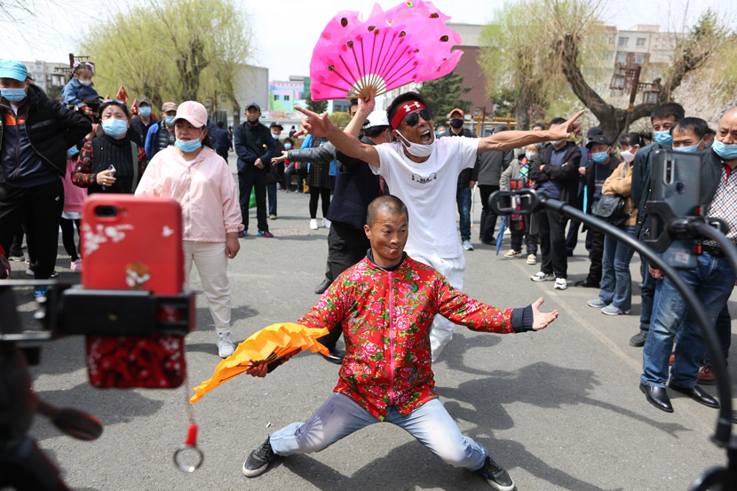 Livestreamers perform at a park in Changchun, Jilin province, May 6, 2020. IC
