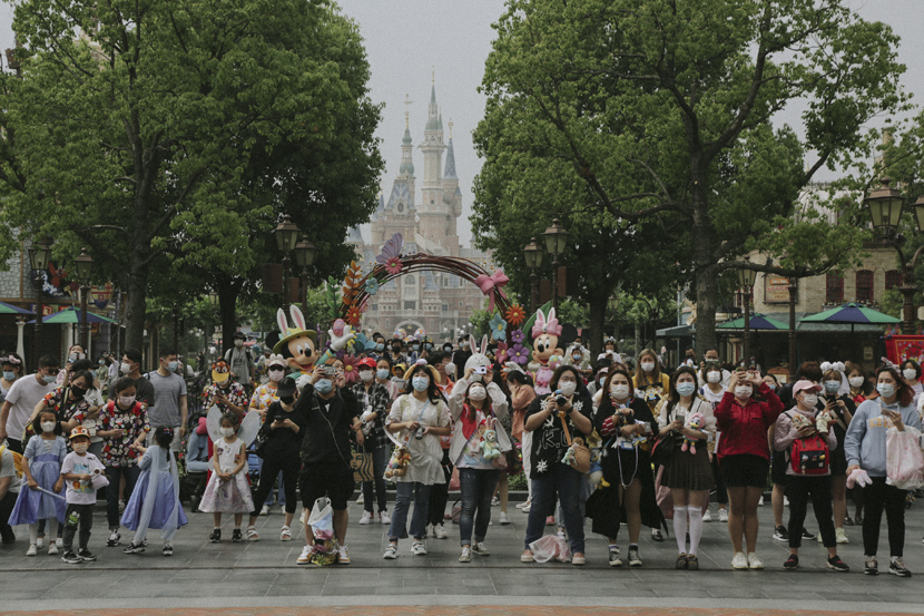 Visitors take photos at the Shanghai Disney Resort, May 11, 2020. Shi Yangkun/Sixth Tone
