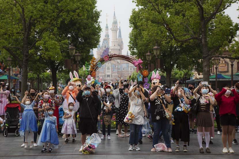 Visitors take photos at the Shanghai Disney Resort, May 11, 2020. Shi Yangkun/Sixth Tone