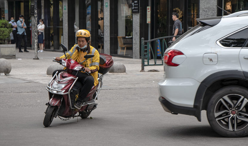 A Meituan delivery driver on the road, Shanghai, May 21, 2020. Kenrick Davis/Sixth Tone