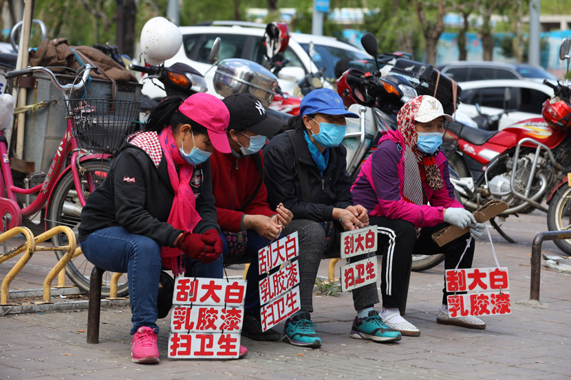 Migrant workers wait by the road for odd-job opportunities in Changchun, Jilin province, June 2, 2020. IC