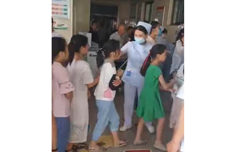 A screenshot shows children being treated for suspected food poisoning at a hospital in Yucheng County, Henan province, June 10, 2020. From @凤凰新闻 on Weibo