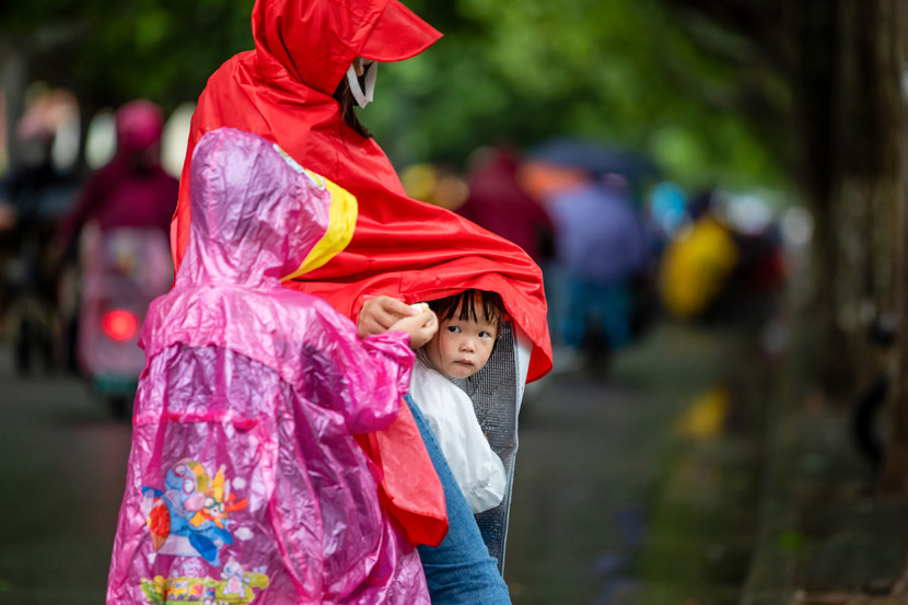 Children en route to school on a rainy day in Lianyungang, Jiangsu province, June 18, 2020. Si Wei/People Visual