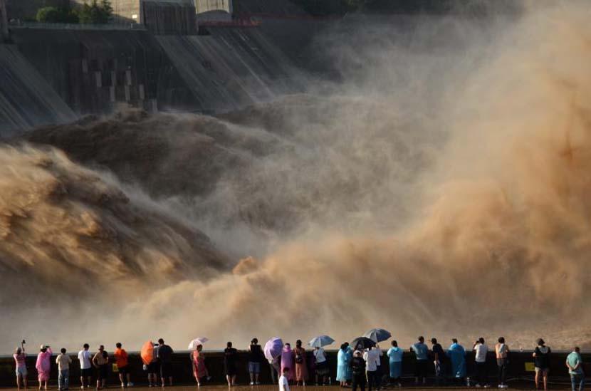Tourists watch floods surge from the Xiaolangdi Dam in Jiyuan, Henan province, July 6, 2020. Lü Jianping/People Visual