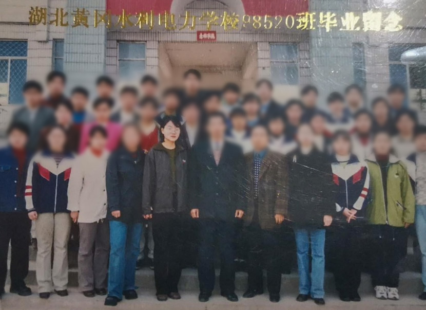Gou Jing (first row, fifth from left) poses for a photo with her classmate at the vocational school in Huanggang, Hubei province, 2000. From @乔木DC on Weibo