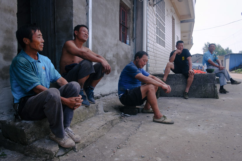Dong Bangxing (second from left) and other villagers take a break in Jiangzhou Town, Jiangxi province, July 14, 2020. Wu Huiyuan/Sixth Tone