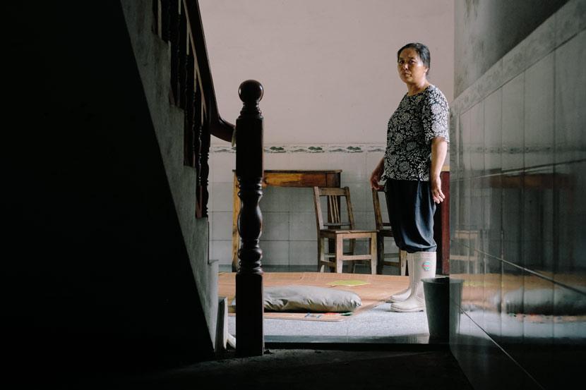 Gao Huazhen poses for a photo in her house in Xiaoyang Village, Duchang County, Jiangxi province, July 16, 2020. Wu Huiyuan/Sixth Tone
