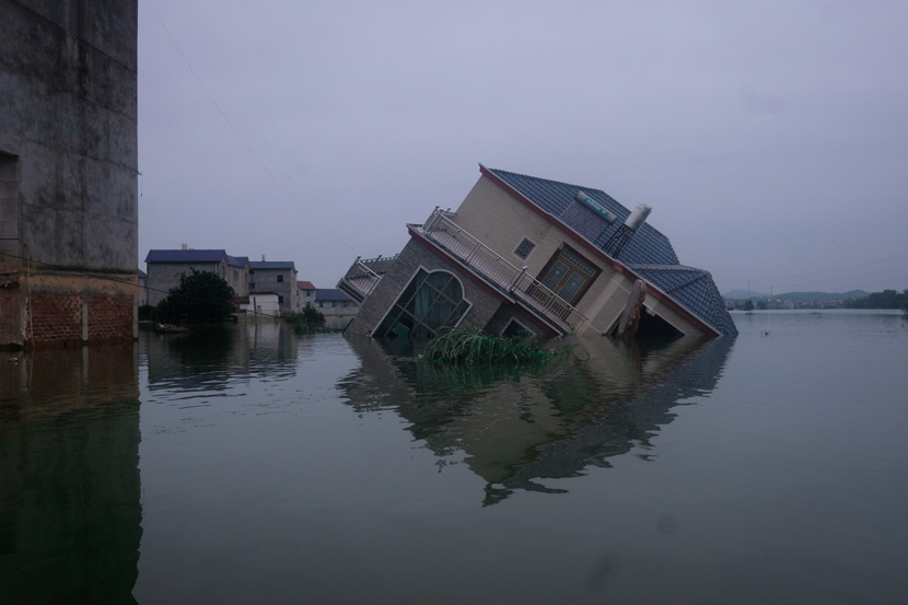 A destroyed villa in Youdunjie Town, Poyang County, Jiangxi province, July 16, 2020. At least nine of the town's buildings and two of its bridges collapsed during this year's flood season. Wu Huiyuan/Sixth Tone