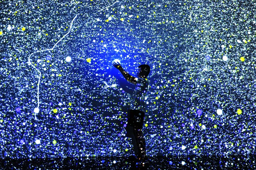 """A man experiences """"star night"""" at an exhibition in Qingdao, Shandong province, Aug. 2, 2020. Yu Fangping/People Visual"""