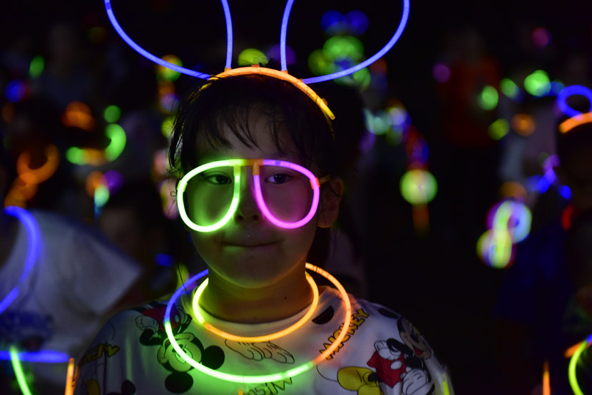 A child lights up prior to a night run in Hefei, Anhui province, Aug. 15, 2020. Ge Jun/People Visual