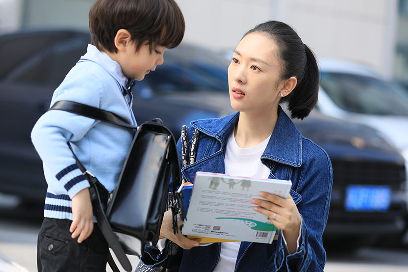 "A still from TV series ""Nothing but Thirty"" shows a conversation between Gu Jia and her son. From Douban"