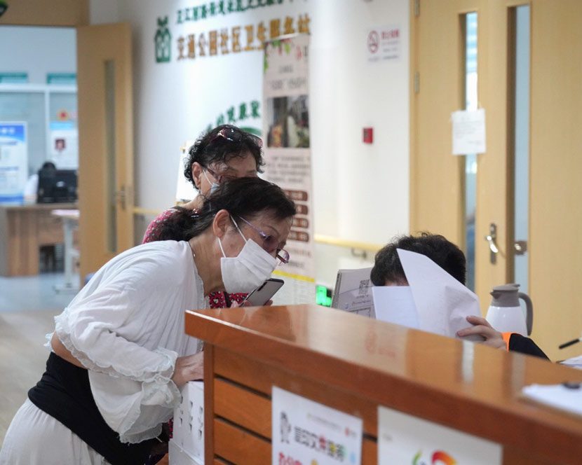 People consult a staff member at the inquiry desk of a nursing home in Shanghai, July 9, 2020. Wu Ziyi for Sixth Tone