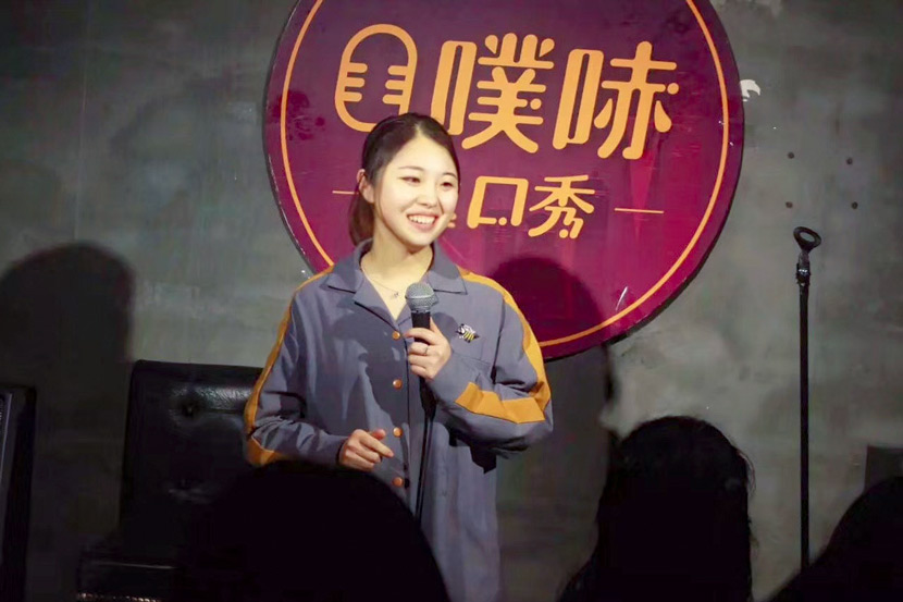An undated photo of Maple Zuo during a standup set. From @Maple-左 on Weibo