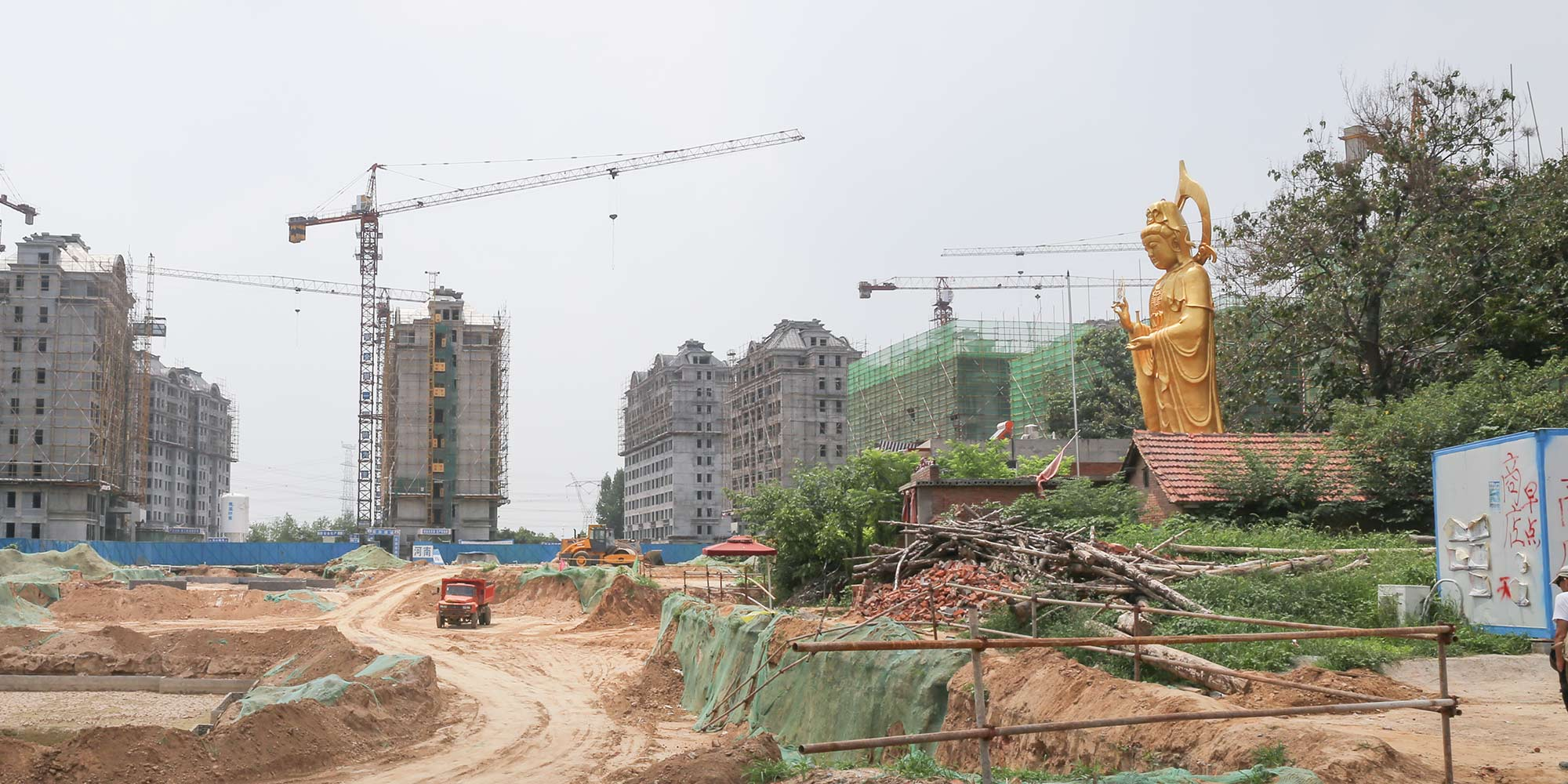 Wanita Bina Patung Buddha Setinggi 10 Meter untuk Lindungi Rumahnya