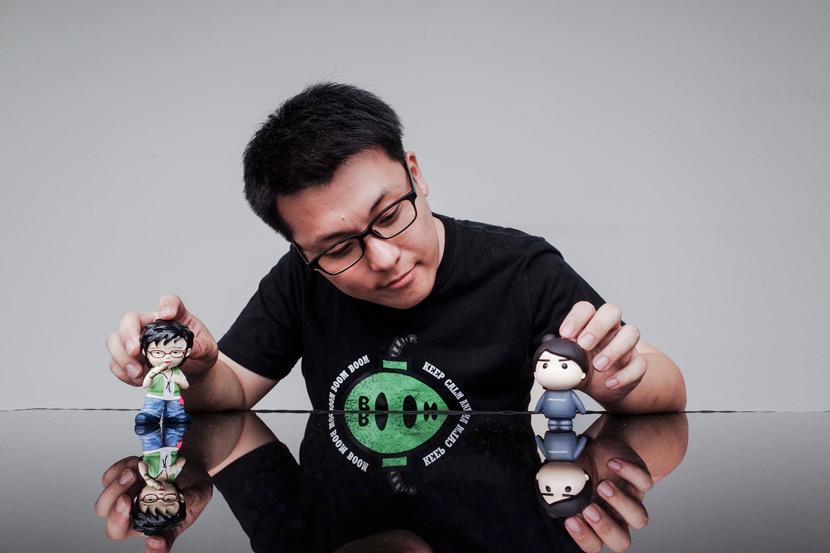 Chen Zhongqiu poses with figurines, including one of Zhou Bichang (left), in Hangzhou, Zhejiang province, July 22, 2017. Ding Yining/Sixth Tone