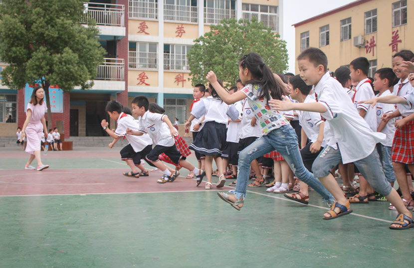 Students race during gym class at Pingqiao No. 2 Primary School in Xinyang, Henan province, June 15, 2017. Wang Yiwei/Sixth Tone