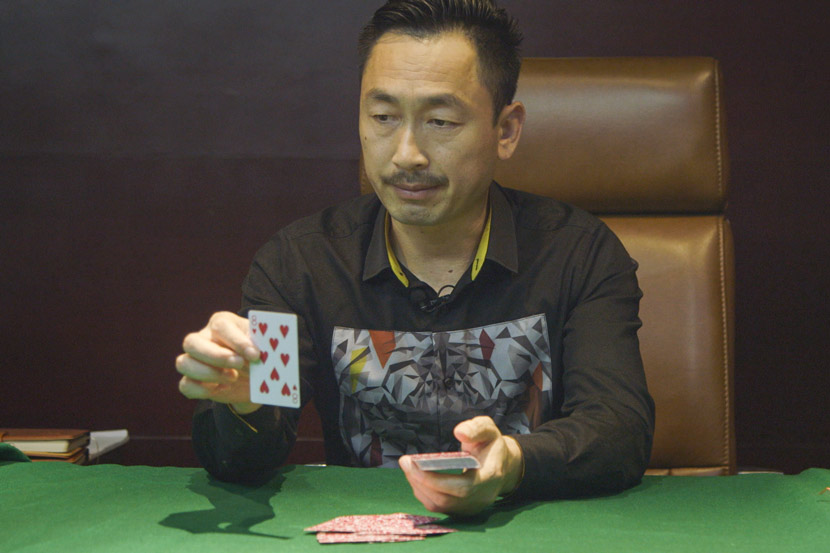 Si Guoqi demonstrates gambling cheating methods at Si Guoqi Gambling Addiction Rehab Center in Shanghai, July 1, 2017. Daniel Holmes/Sixth Tone
