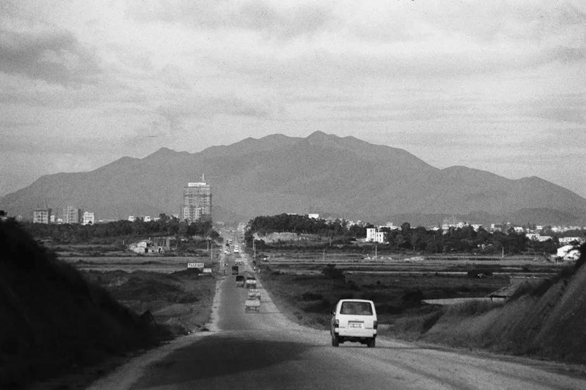 A view of Shennan Avenue in Shenzhen, Guangdong province, 1983. He Huangyou via Shenzhen Art Museum