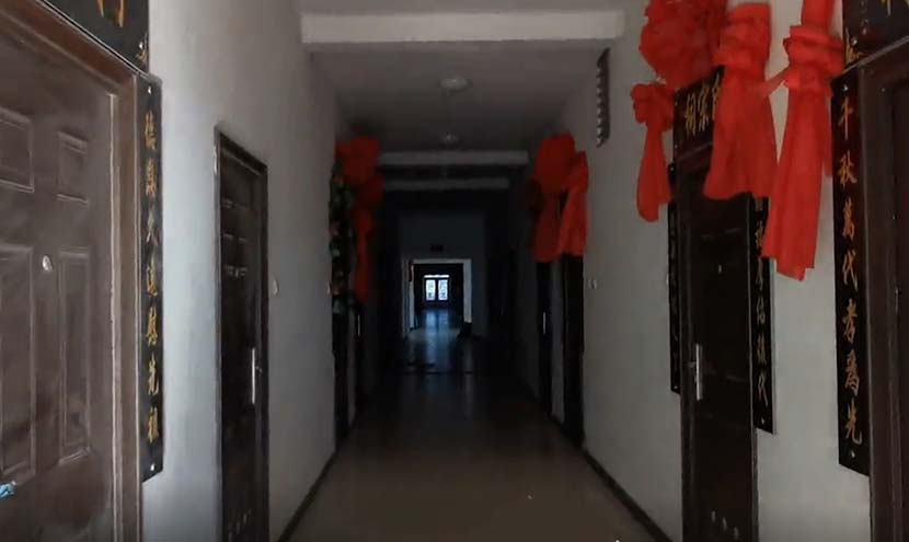 A video screenshot of a hallway at Jing'an Cemetery in Zhongtang Town, Tianjin. From @财经网 on Weibo