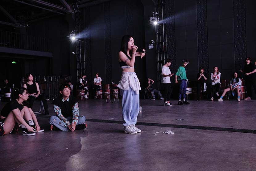 Jiang Yu guides students during a rehearsal for the summer camp's final show in Chengdu, Sichuan province, Aug. 19, 2020. Wu Huiyuan/Sixth Tone