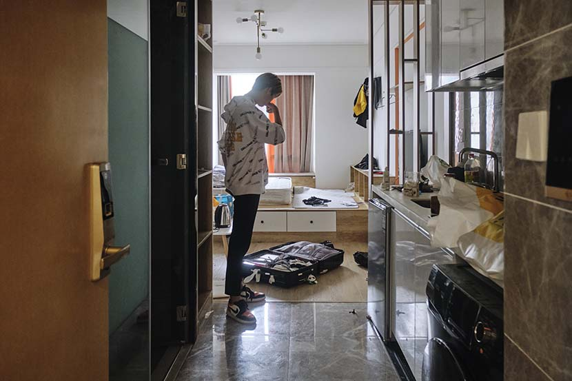 Zhang Qingyuan, a participant in the Star Master summer camp, packs to leave his rental apartment after the program ends in Chengdu, Sichuan province, Aug. 21, 2020. Wu Huiyuan/Sixth Tone
