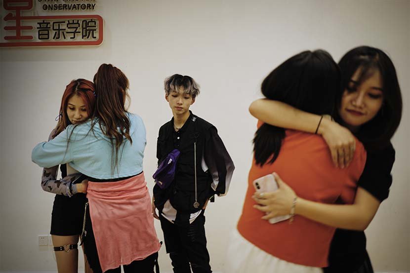 Participants hug and say goodbye to each other after a monthlong training at Star Master summer camp in Chengdu, Sichuan province, Aug. 21, 2020. Wu Huiyuan/Sixth Tone
