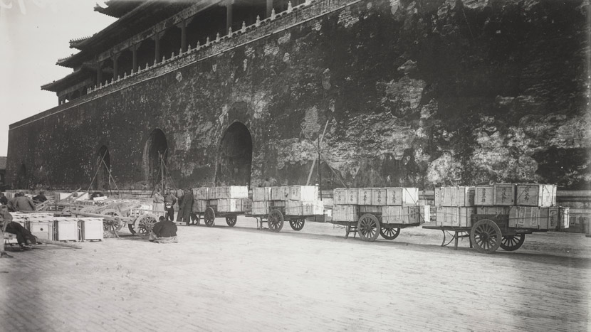 Cases of artifacts stand outside the gates of the Forbidden City, Beijing, 1933. Courtesy of the Palace Museum