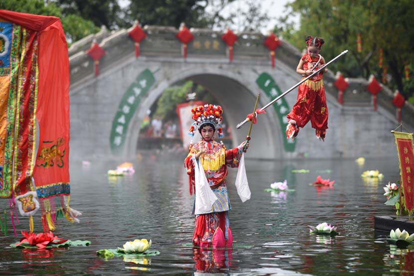 """A """"piaose"""" performance takes place in Guangzhou, Guangdong province, Oct. 1, 2020. Song Jinyu/People Visual"""