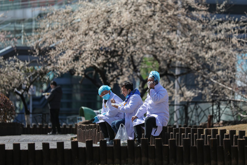 Doctors have lunch outside a hospital in Wuhan, Hubei province, Feb. 16, 2020. Chen Zhuo/Changjiang Daily/People Visual