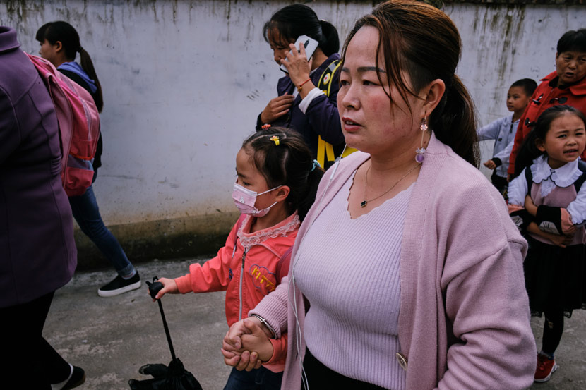 Luo Ruihong, 34, takes her daughter home after school in Lüeyang County, Shaanxi province, Sept. 26, 2020. Wu Huiyuan/Sixth Tone
