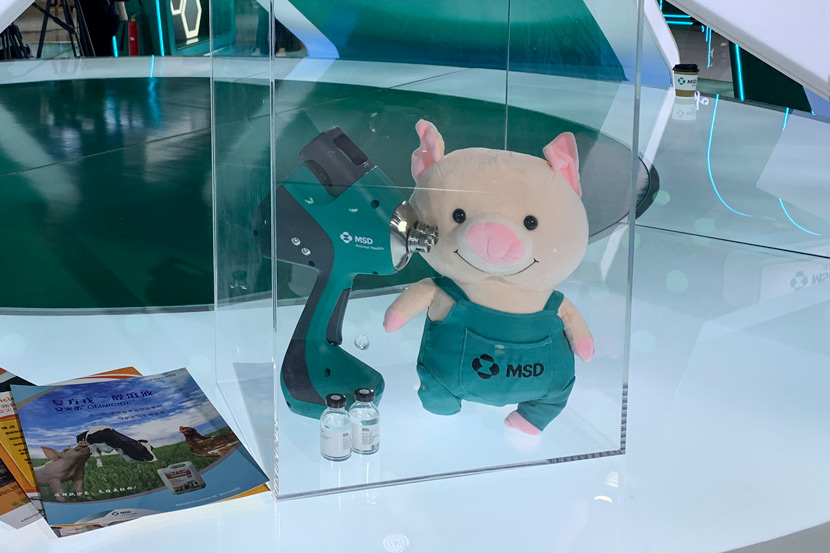 MSD's needleless injection gun for administering vaccines to pigs, displayed at the third annual China International Import Expo in Shanghai, Nov. 5, 2020. Yuan Ye/Sixth Tone