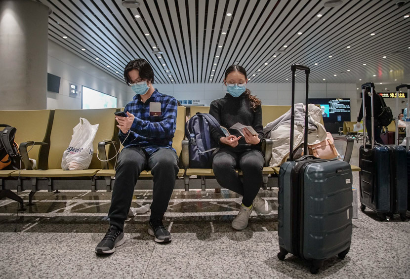 Chinese international students at U.S. universities return to their home country at an airport in Guangzhou, Guangdong province, March 2020. Zheng Yijian/People Visual