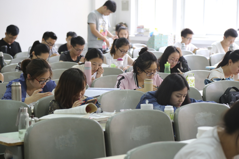 Young people study at a university in Zhengzhou, Henan province, 2017. Zuo Dongchen/People Visual