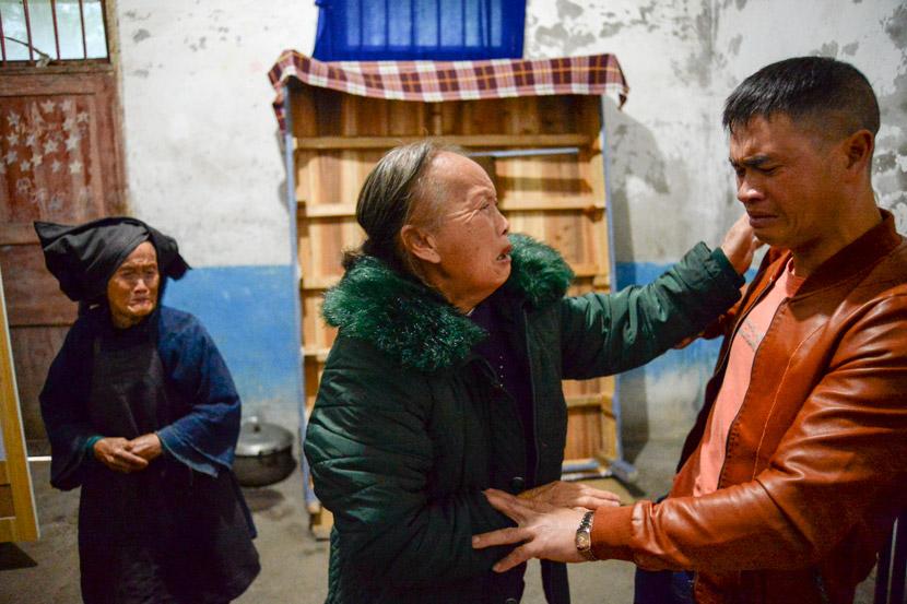 Dezliangz bids farewell to Dezzuany when Li Xinmei picks her up to return to Henan, in Qinglong County, Guizhou province, Oct. 28, 2020. Stephen Che/Guyu