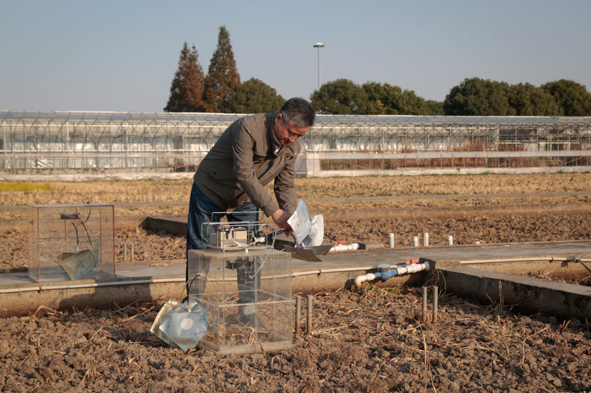 Zhou Sheng sets up a device for monitoring methane emissions in Shanghai, Nov. 9, 2020. Li You/Sixth Tone