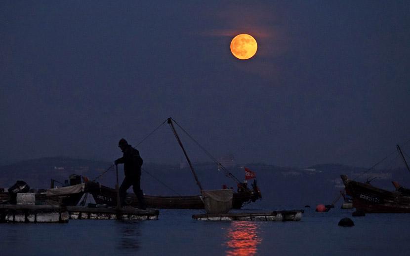 A night view of the moon and sea in Dalian, Liaoning province, Nov. 30, 2020. Liu Debin/People Visual
