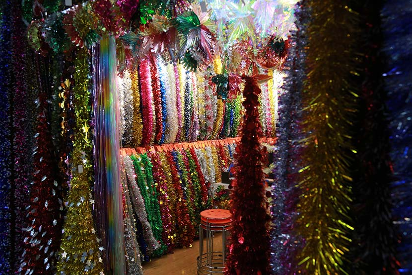 Christmas decorations for sale at a wholesale market in Yiwu, Zhejiang province, Dec. 13, 2020. Wu Peiyue for Sixth Tone