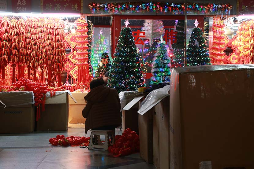 Christmas decorations are sold at a wholesale market in Yiwu, Zhejiang province, Dec. 13, 2020. Wu Peiyue for Sixth Tone