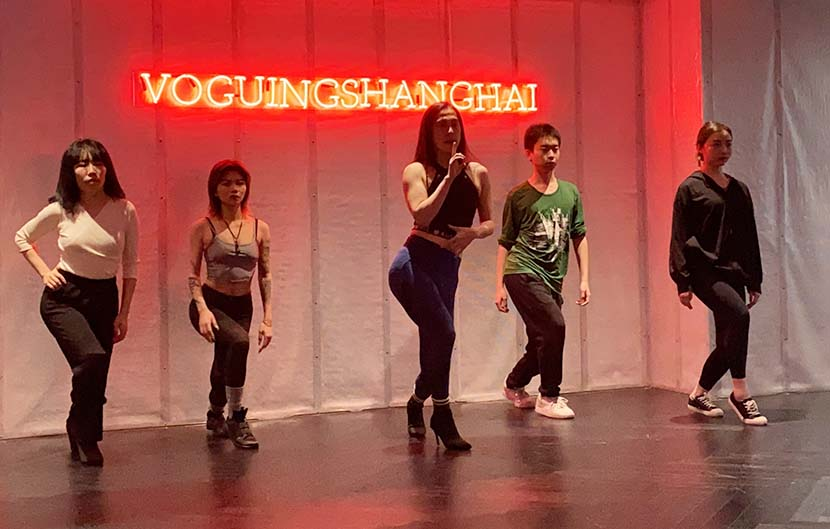 Zhang Weijie (center) leads a voguing class at the Voguing Shanghai studio, Nov. 24, 2020. Fan Yiying/Sixth Tone