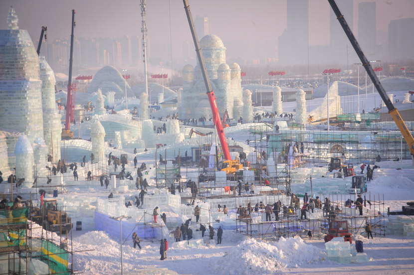 Work continues on the Harbin Ice and Snow Amusement World, Harbin, Heilongjiang province, Dec. 20. 2020. People Visual