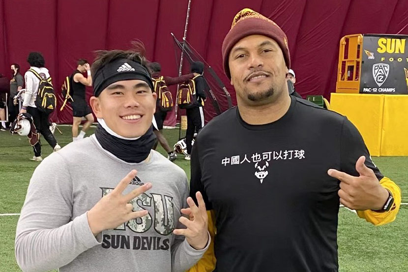 Jackson He poses for a photo with Arizona State linebackers coach Antonio Piece, 2020. From @何佩璋actionjackson on Weibo