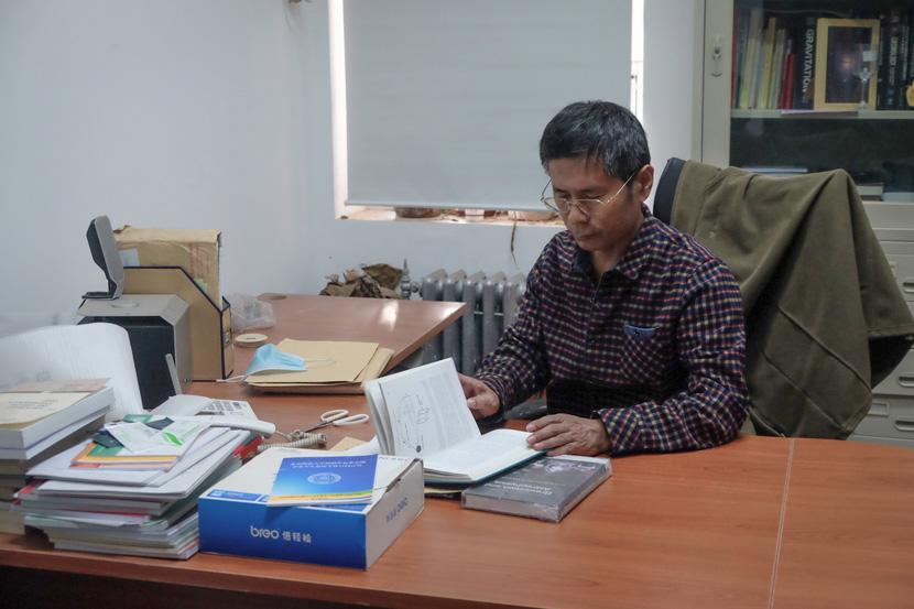 Professor Zhang Tongjie works in his office at Beijing Normal University, Oct. 13, 2020. Ye Ruolin/Sixth Tone
