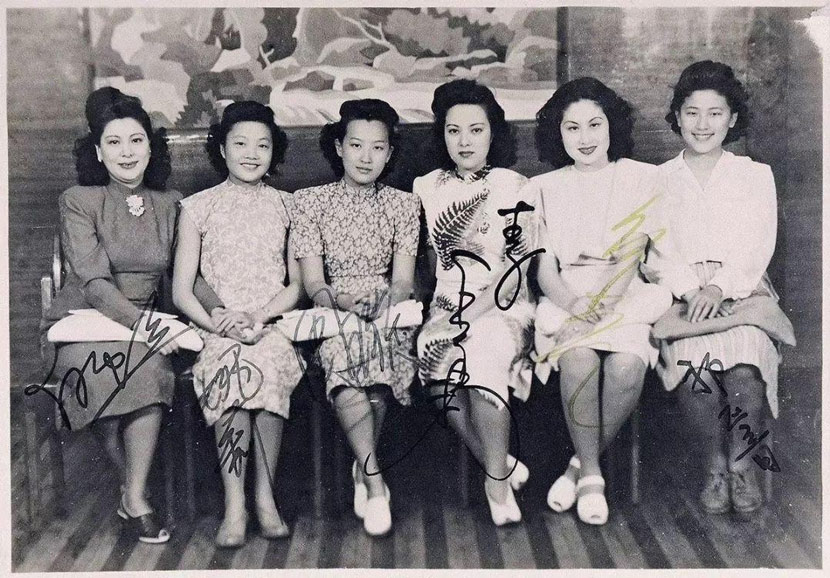 "Zhou Xuan (third from right) poses for a photo with other famous singers in the 1940s. Other than Gong Qiuxia and Wu Yingyin, five of the ""Seven Great Singing Stars"" in Shanghai are in this photo; from left to right: Bai Hong, Yao Lee, Zhou Xuan, Li Xianglan (Yoshiko Yamaguchi), and Bai Guang. The last one is Qi Zhengyin, also a singer, who was not among the seven stars. From kknews"